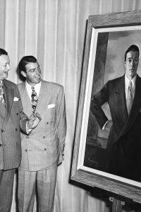 E0KWA0 Frank Sinatra, Toots Shor and Joe DiMaggio looking at a portrait of DiMaggio